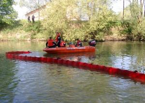 Barrage de confinement anti-pollution port rivière