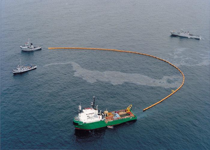 Barrage Reycaud anti-pollution haute mer 1